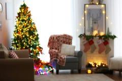Vista vaga del salone decorata per il Natale Fotografia Stock Libera da Diritti