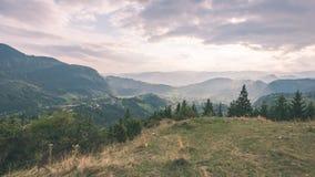vista variopinta in carpathians - annata della campagna retro Immagine Stock