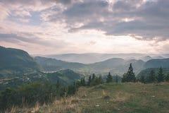 vista variopinta in carpathians - annata della campagna retro Immagini Stock Libere da Diritti