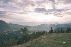 vista variopinta in carpathians - annata della campagna retro Fotografie Stock Libere da Diritti