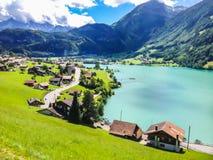Vista variopinta del lago Thun in un bello giorno di estate, Thun, Svizzera, Europa Thunersee immagini stock