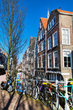 Vista variopinta della via con le case ed il canale a Delft, Olanda Immagine Stock