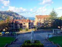 Vista variopinta della via a Donostia - San Sebastian, Spagna fotografie stock