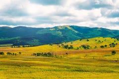 Vista variopinta delle colline e cielo nuvoloso fotografia stock