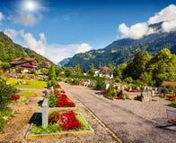 Vista variopinta di estate del cimitero del villaggio di Lauterbrunnen Fotografia Stock