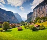 Vista variopinta di estate del villaggio di Lauterbrunnen Fotografie Stock Libere da Diritti