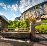 Vista variopinta di estate del villaggio di Lauterbrunnen Fotografia Stock