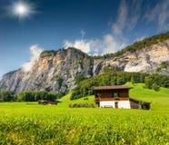Vista variopinta di estate del villaggio di Lauterbrunnen Immagini Stock