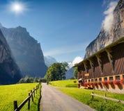 Vista variopinta di estate del villaggio di Lauterbrunnen Fotografia Stock Libera da Diritti