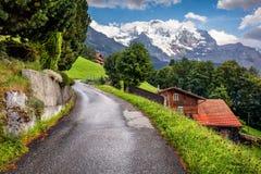 Vista variopinta di estate del villaggio di Wengen Fotografie Stock