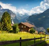 Vista variopinta di estate del villaggio di Wengen Fotografia Stock