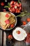 Vista variopinta di un pancake saporito con il gelato, Immagini Stock Libere da Diritti