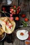 Vista variopinta di un pancake saporito con il gelato, Fotografie Stock Libere da Diritti