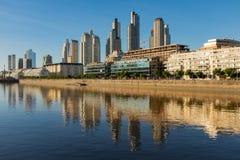 Vista varrendo ao longo de Rio de la Plata do distrito de Perto Madero de Buenos Aires, Argentina com reflexões do moderno fotografia de stock