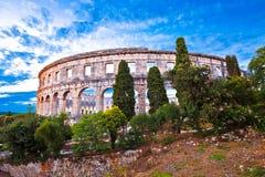 Vista verde del paesaggio del panoramc romano storico dell'anfiteatro di Pola dell'arena immagini stock