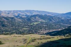 Vista verso Carmel Valley dalle tracce di escursione di Garland Ranch Regional Park, California fotografie stock