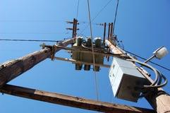 Vista verso il palo di elettricità Immagine Stock