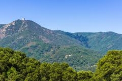 Vista verso il supporto Umunhum dal parco della contea del mercurio di Almaden, area di San Francisco Bay del sud Fotografia Stock