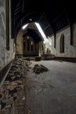 Vista verso l'altare - sprofondando, chiesa abbandonata Immagine Stock Libera da Diritti