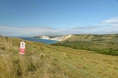 Vista verso la baia di Worbarrow vicino a Tyneham sulla costa di Dorset fotografia stock libera da diritti