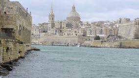 Vista verso la città storica di La Valletta stock footage