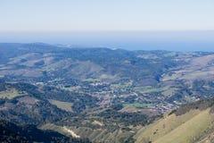 Vista verso la costa della penisola e dell'oceano Pacifico di Monterey da Garland Ranch Regional Park, California fotografie stock libere da diritti