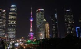 Vista verso la torre della perla a Shanghai fotografia stock