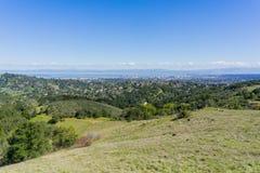 Vista verso Redwood City e San Carlo dal parco di Edgewood, Silicon Valley, San Francisco Bay, California immagine stock libera da diritti