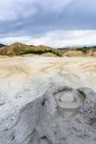Vista vertical com o close up enlameado do vulcão Parque natural com mudd imagens de stock