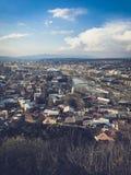 Vista vertical da parte superior de uma altura de uma cidade bonita do turista com constru??es e casas, de telhados das ?rvores e imagem de stock royalty free