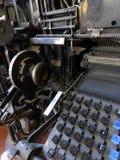 Vista vertical de la máquina de linotipia retra del vintage Fotos de archivo libres de regalías