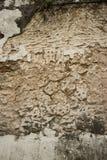 Vista vertical de la pared colonial del estuco en Asia con las grietas profundas Fotografía de archivo