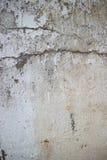 Vista vertical de la pared colonial resistida del hormigón y del estuco adentro Fotografía de archivo libre de regalías