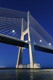 Vista vertical del puente de Vasco da Gama por noche imagen de archivo