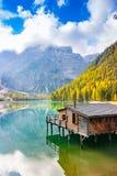 Vista vertical do lago Prags no outono imagem de stock royalty free