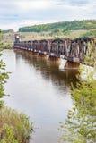 Vista vertical do rio de Rusty Railway Bridge Across Fraser em Bri Fotografia de Stock Royalty Free