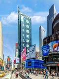 Vista vertical do Times Square, ao longo da 7a avenida Imagens de Stock Royalty Free