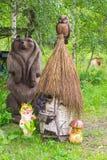 Vista vertical a um apiário antigo com as colmeia artificiais feitas de fotografia de stock royalty free