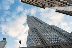 Vista verticale bassa dell'Empire State Building contro cielo blu Immagine Stock Libera da Diritti