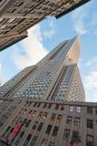 Vista verticale bassa dell'Empire State Building contro cielo blu Fotografie Stock Libere da Diritti