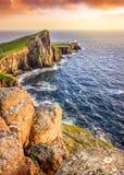 Vista verticale del faro del punto di Neist con la priorità alta delle rocce, S Fotografie Stock