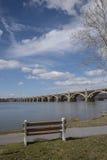 Vista verticale del ponte sopra il fiume Immagini Stock Libere da Diritti