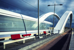 Vista verticale della linea tranviaria che attraversa il ponte Fotografia Stock