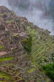 Vista verticale di Machu Picchu e montagne con le nuvole Fotografia Stock