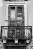 Vista verticale di vecchio balcone con un rotto e murato su legno immagini stock libere da diritti