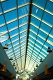 Vista verticale sul soffitto dell'ufficio fotografie stock libere da diritti