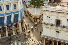 vista via e costruzioni d'annata di stile della città di Avana del cubano di retro con la gente nel fondo Immagini Stock