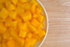 Vista vicina dei manghi inscatolati in un piatto Fotografia Stock Libera da Diritti