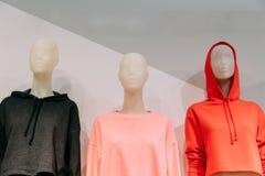 Vista vicina dei manichini vestiti in abbigliamento casual femminile della donna Fotografia Stock