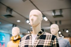 Vista vicina dei manichini vestiti in abbigliamento casual maschio dell'uomo nella S Fotografia Stock
